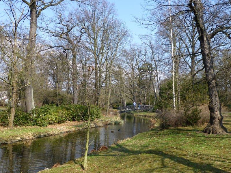 Pont au-dessus de The Creek en parc de Schitnitsky à Wroclaw au printemps photographie stock