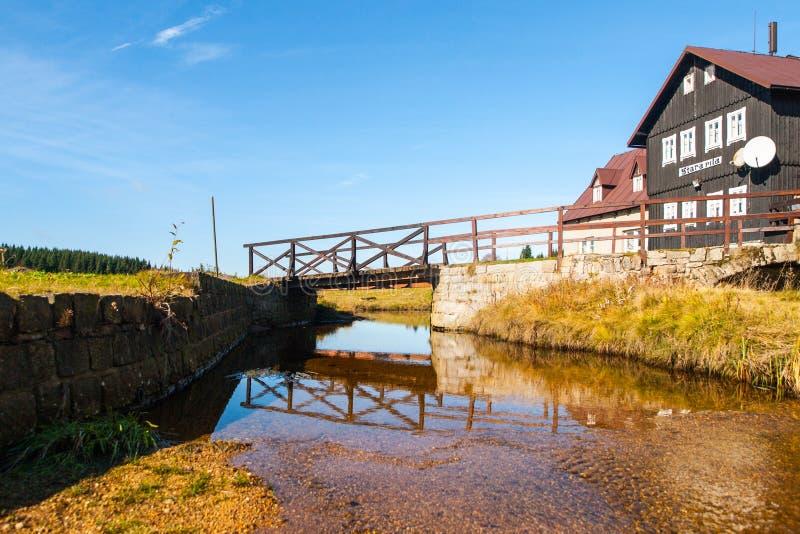 Pont au-dessus de crique de Jizerka à la vieille hutte en bois - vieille scierie, Tchèque : Pila de Stara, le jour ensoleillé d'é photo stock