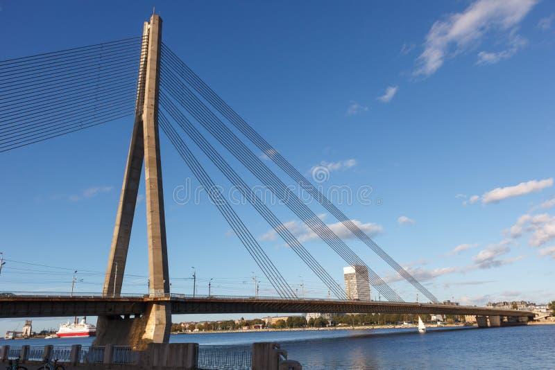 Pont au-dessus de dvina occidentale de rivière à Riga Lettonie photos libres de droits