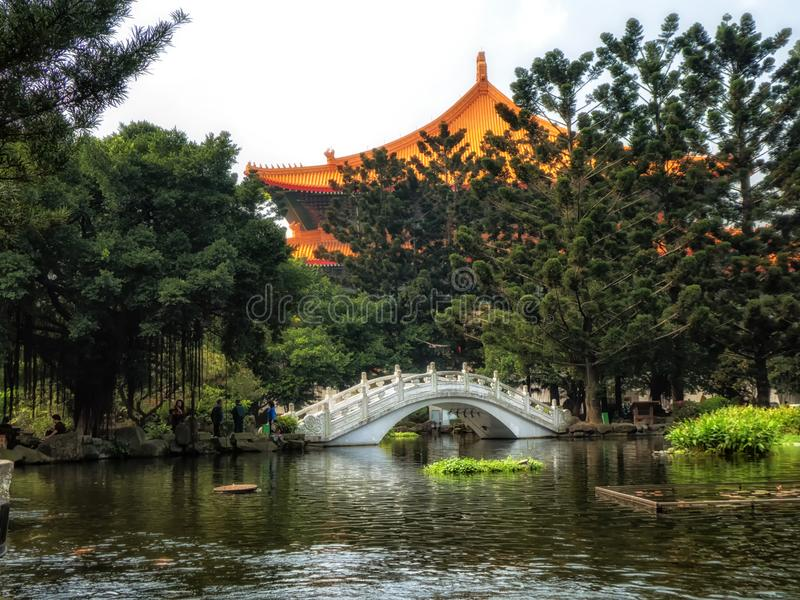 Pont au-dessus de l'étang de jardin chez Liberty Square, Taïpeh, Taïwan photos libres de droits