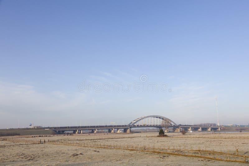 Pont au-dessus de l'autoroute A2 et prés hivernaux dans les zones inondables du riv photo stock