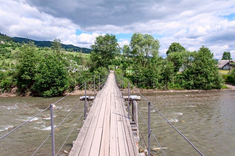 Pont au-dessus de la cascade dans la forêt photos libres de droits