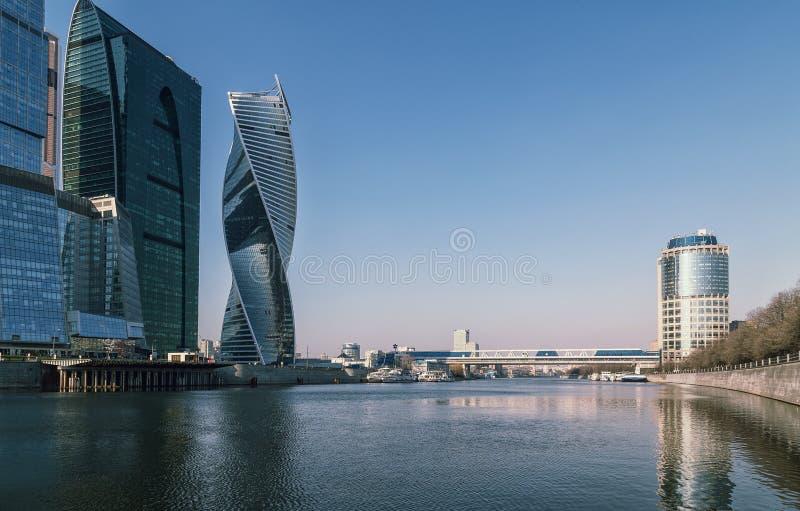 Pont au-dessus de la rivière à la ville de Moscou photographie stock libre de droits