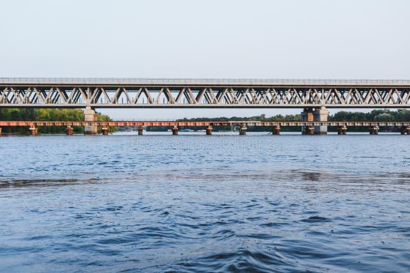Pont au-dessus de la rivière au coucher du soleil photographie stock