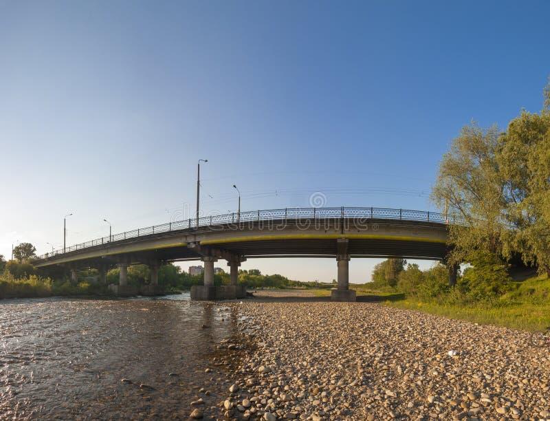 Pont au-dessus de la rivière dans la ville d'Ivano-Frankivsk, Ukraine images libres de droits