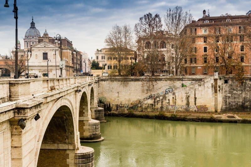 Pont au-dessus de la rivière du Tibre au centre de Rome image stock
