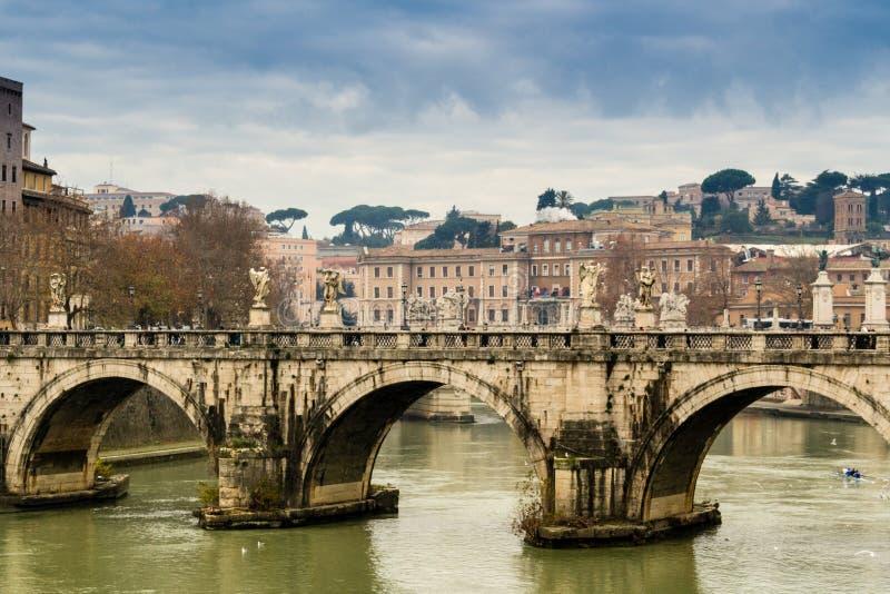 Pont au-dessus de la rivière du Tibre au centre de Rome photographie stock