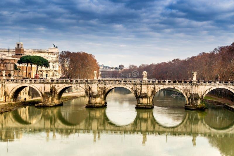 Pont au-dessus de la rivière du Tibre au centre de Rome images libres de droits