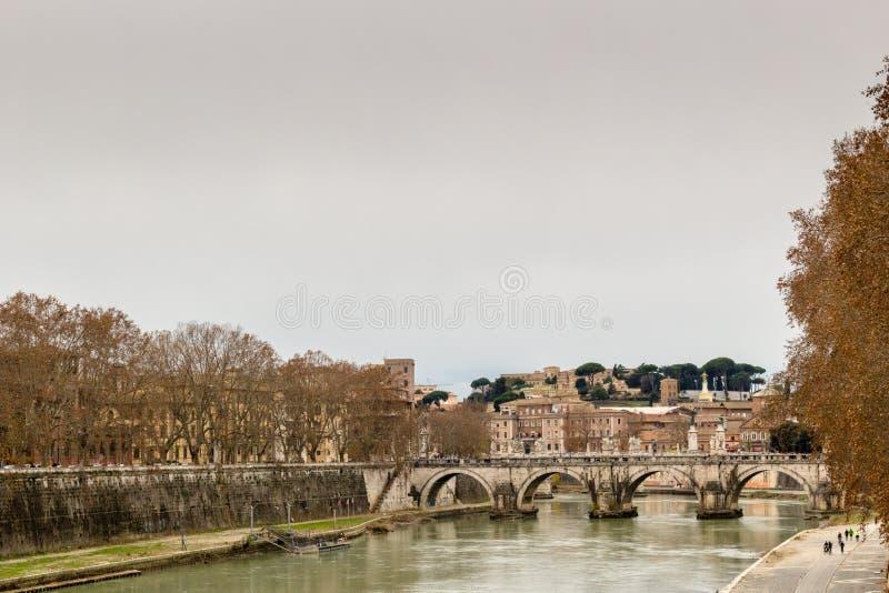 Pont au-dessus de la rivière du Tibre au centre de Rome photographie stock libre de droits