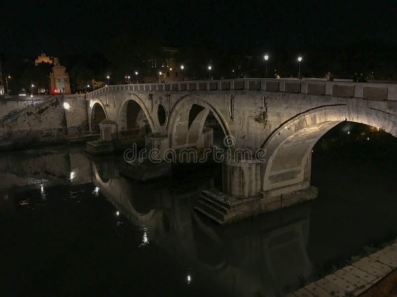 Pont au-dessus de la rivière du Tibre la nuit, Rome, Italie image stock