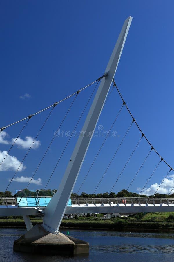 Pont au-dessus de la rivière Foyle de Derry image stock