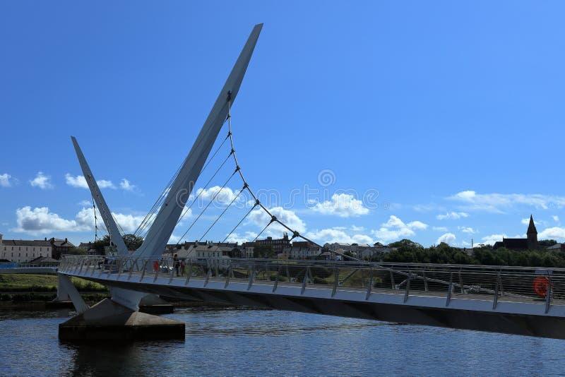 Pont au-dessus de la rivière Foyle de Derry images libres de droits