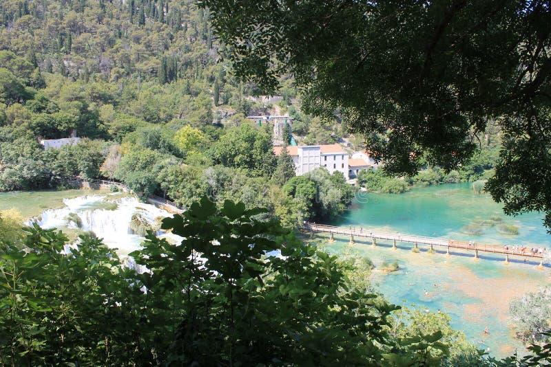 Pont au-dessus de la rivière de Krka dans la réserve naturelle de la Croatie image libre de droits