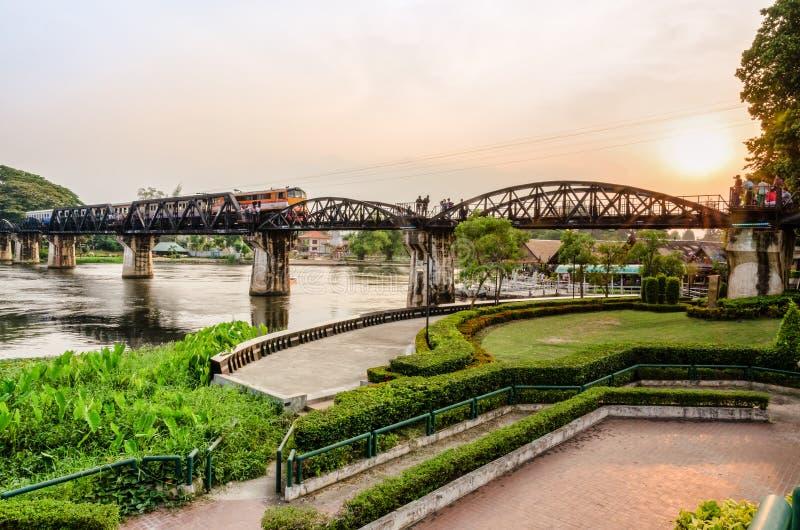 Pont au-dessus de la rivière Kwai au coucher du soleil images stock