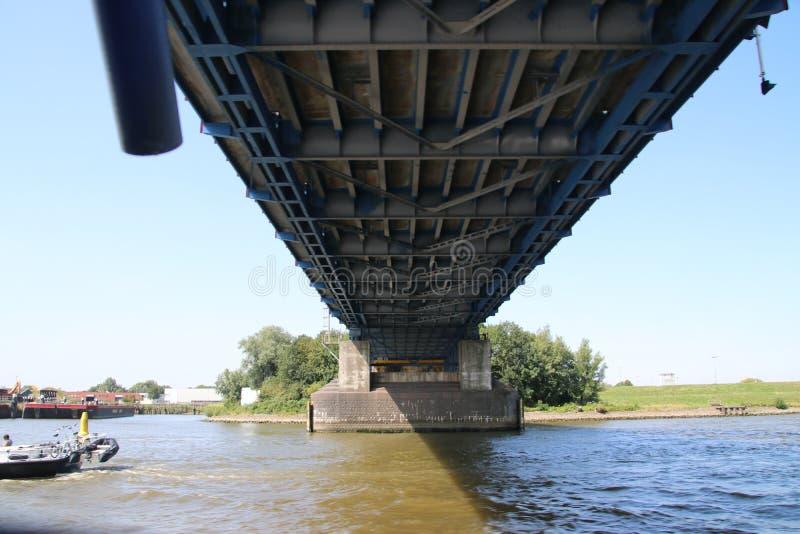 Pont au-dessus de la rivière Noord chez Alblasserdam aux Pays-Bas photos stock