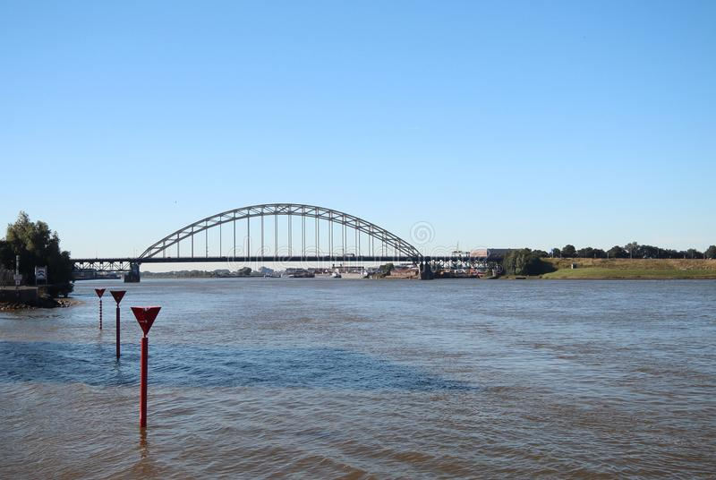 Pont au-dessus de la rivière Noord dans Alblasserdam aux Pays-Bas images stock