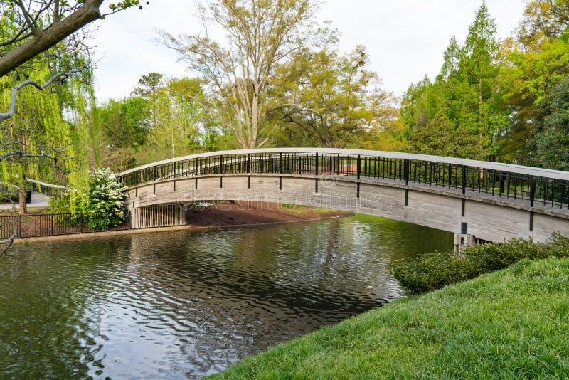 Pont au-dessus de lac en parc de Pullen photographie stock