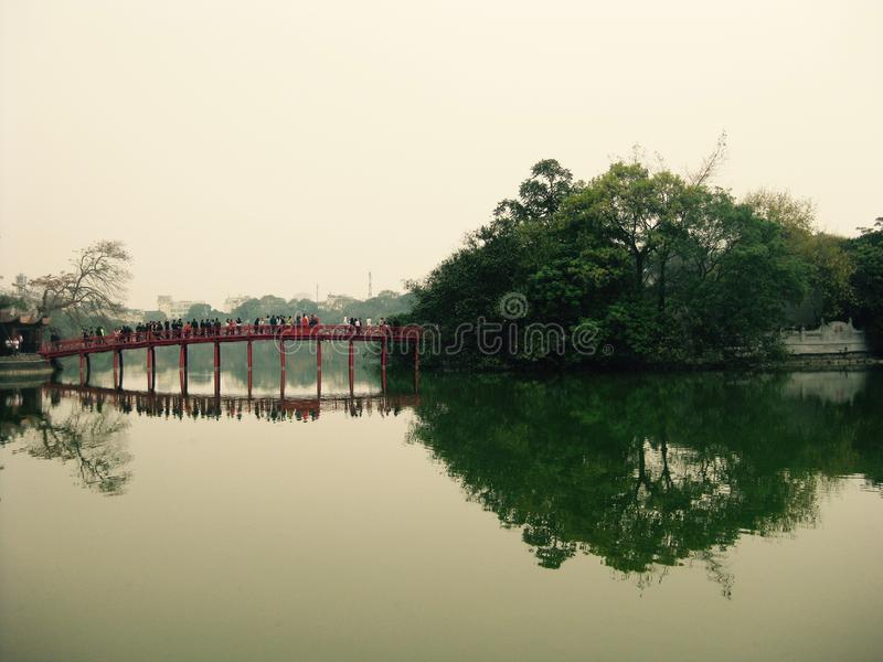 Pont au-dessus de lac Hoan Kiem à Hanoï, Vietnam 27/03/2016 image libre de droits