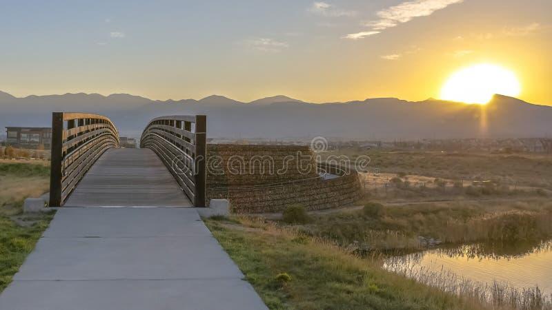 Pont au-dessus de lac Oquirrh avec la vue d'or de coucher du soleil photo stock