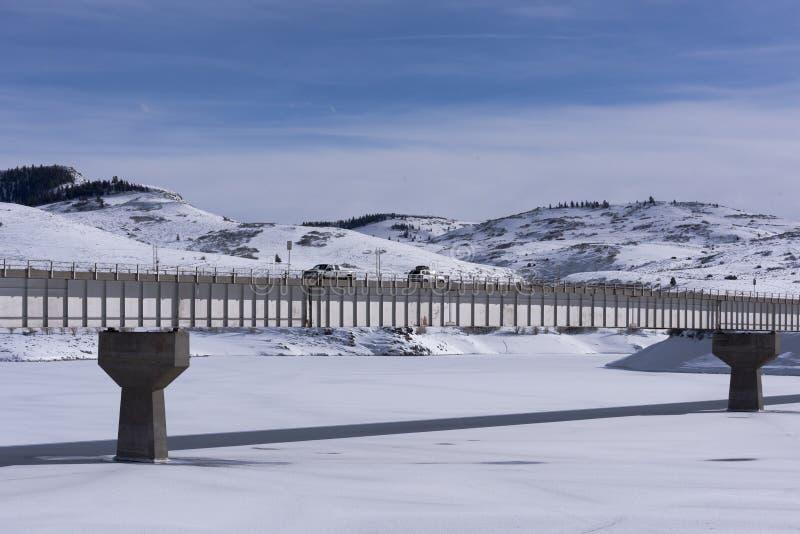 Pont au-dessus de Mesa Reservoir bleu photo libre de droits