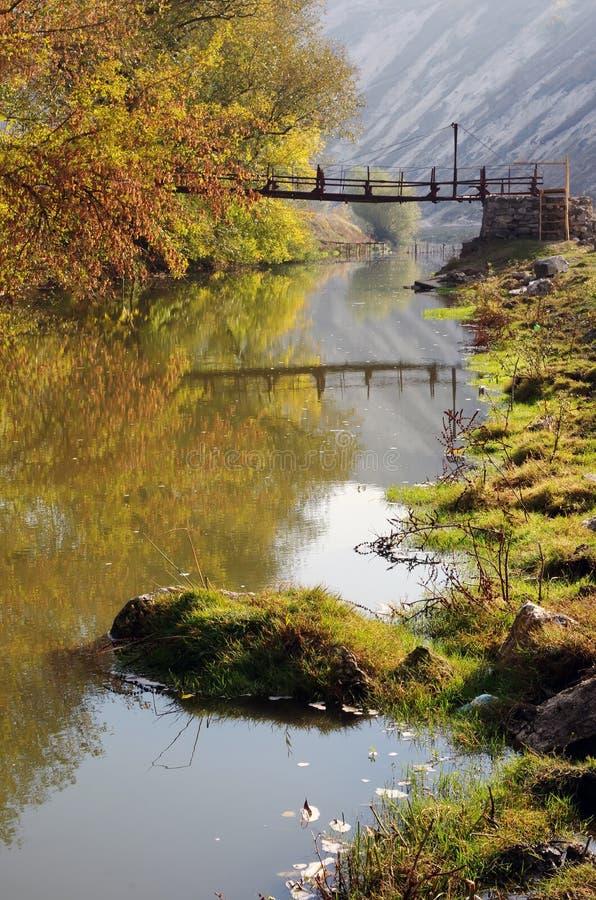 Pont au-dessus de petite rivière images stock