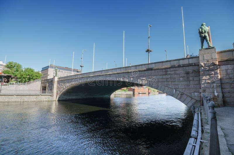 Pont au-dessus de rivière de Tammerkoski le 18 juin 2013 à Tampere, Finlande image libre de droits