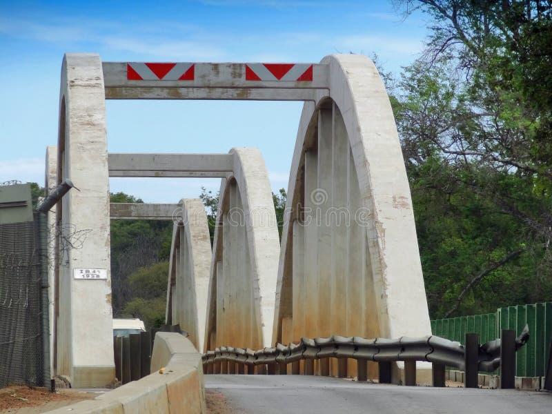 Pont au-dessus de rivière du Limpopo photos libres de droits