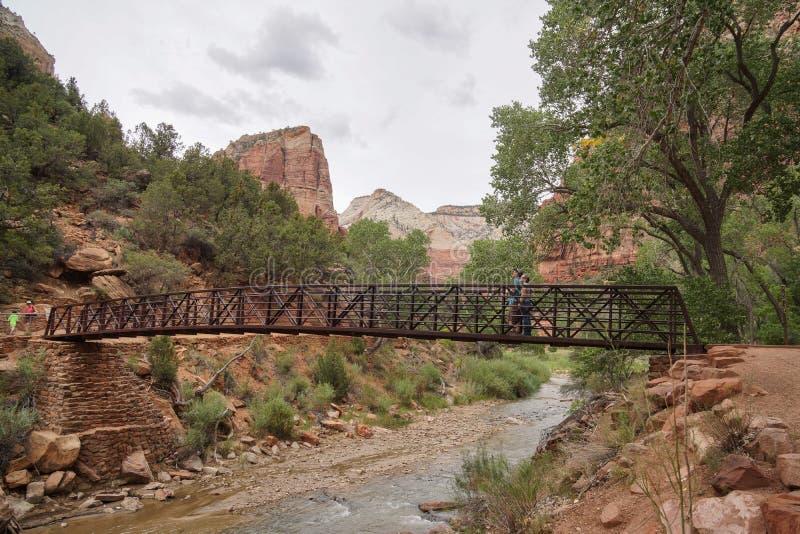 Pont au-dessus de rivière en parc national de canyon de zion photos libres de droits