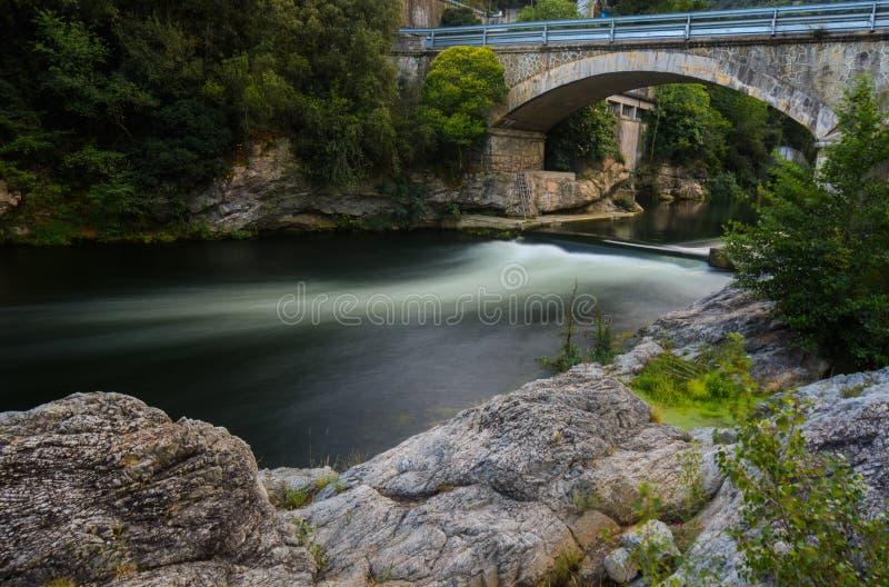 Pont au-dessus de rivière soyeuse photo stock