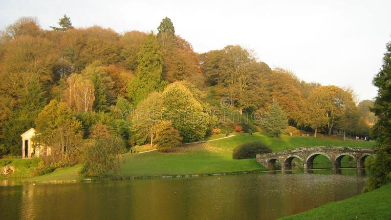 Pont au-dessus de scène de rivière pendant l'automne ou l'automne photo stock
