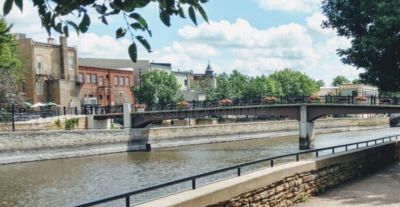 Pont au-dessus de scape de ville de l'eau photos libres de droits
