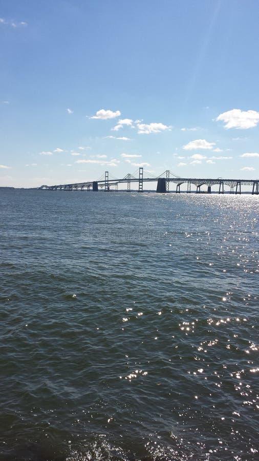 Pont au-dessus des eaux calmes image stock