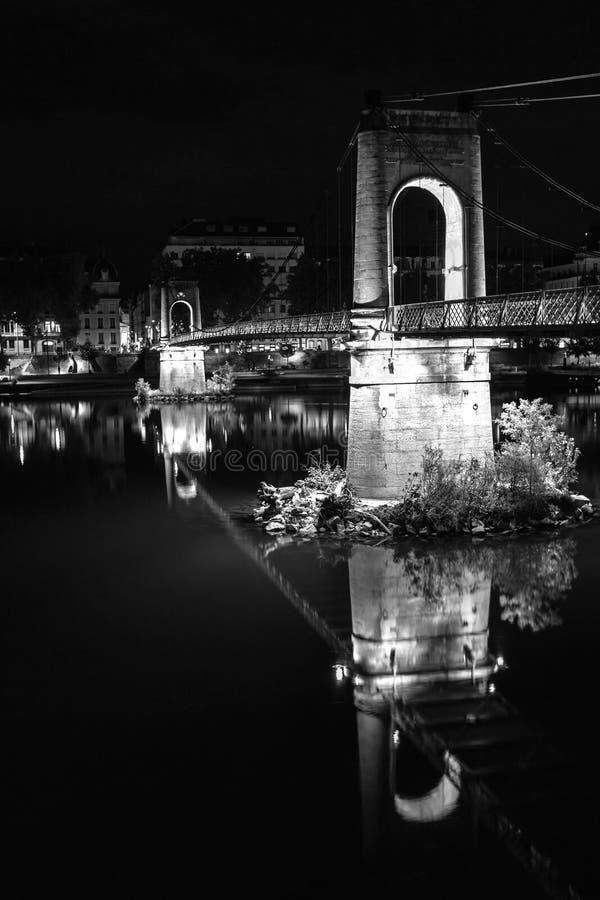 Pont au-dessus du Rhône à Lyon, France la nuit image stock