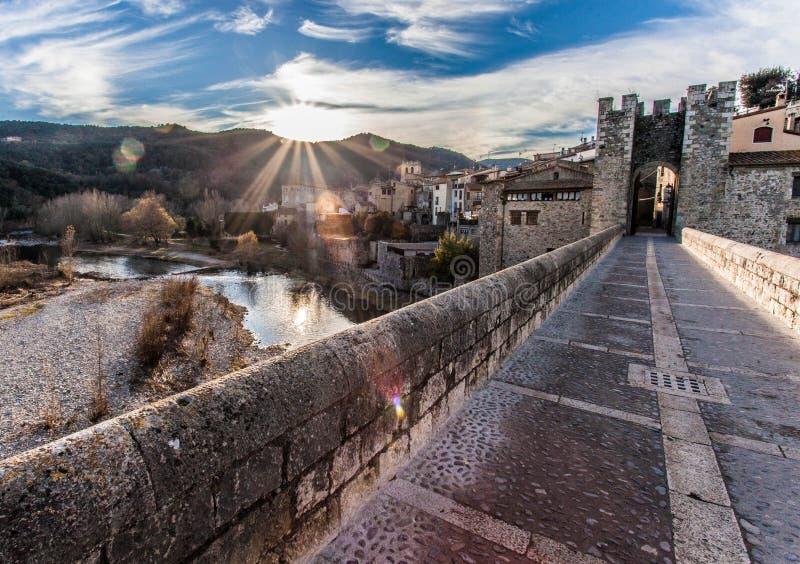 Pont av Besalu, Spanien arkivbilder