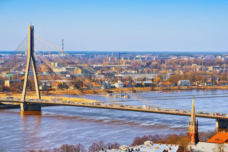 Pont avantageux de pont en monticule à travers la rivière occidentale de Dvina à Riga photo libre de droits