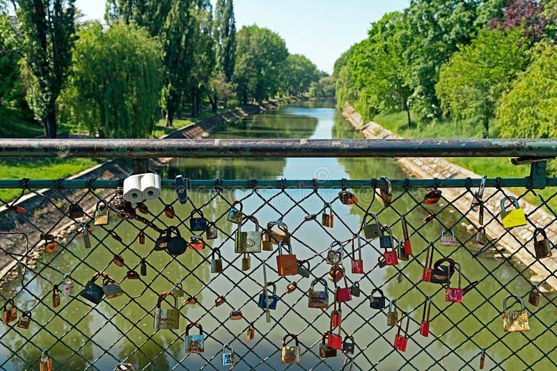 Pont avec des serrures d'amants photos libres de droits