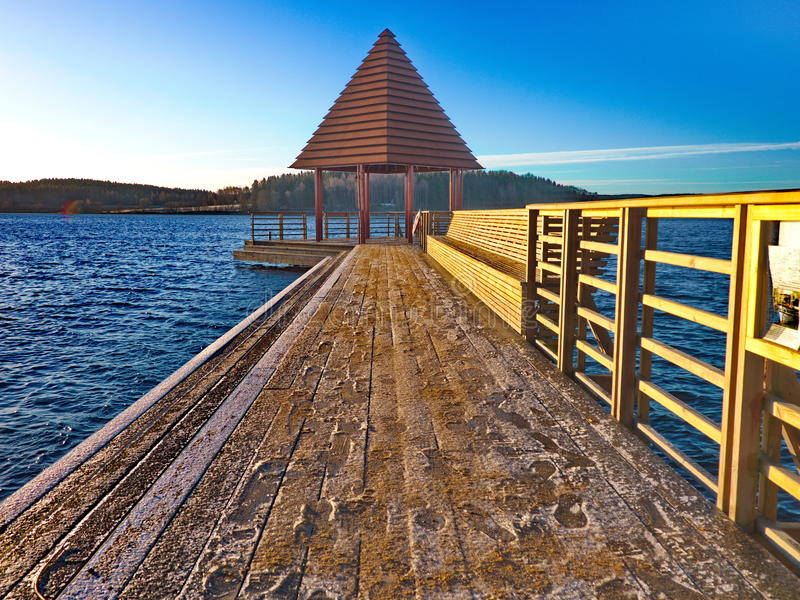 Pont avec le pavillon images stock
