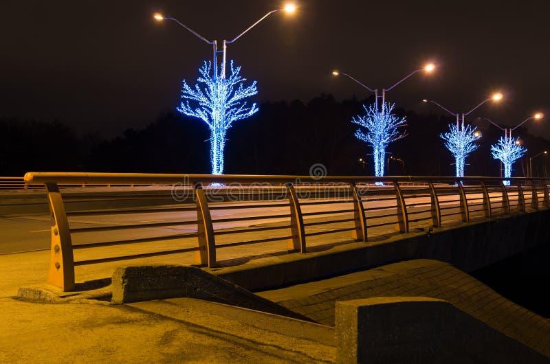 Pont avec le rail jaune la nuit photos libres de droits