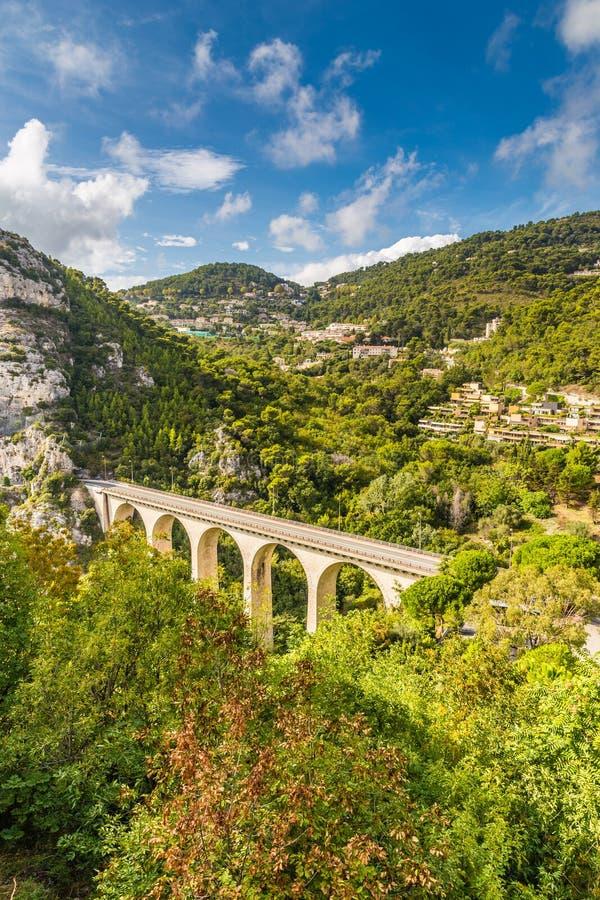 Pont blanc d'arc sur Moyenne Corniche - Eze, France photos stock