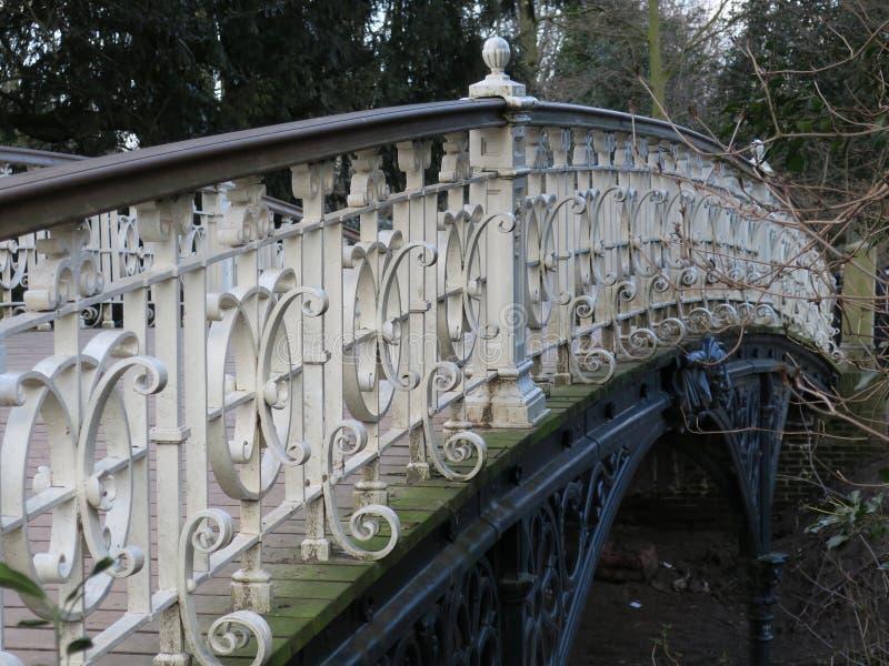 Pont blanc en fonte en parc photo stock