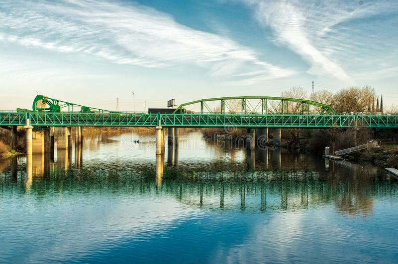 Pont bleu en route de Teal à travers San Joaquin River photographie stock