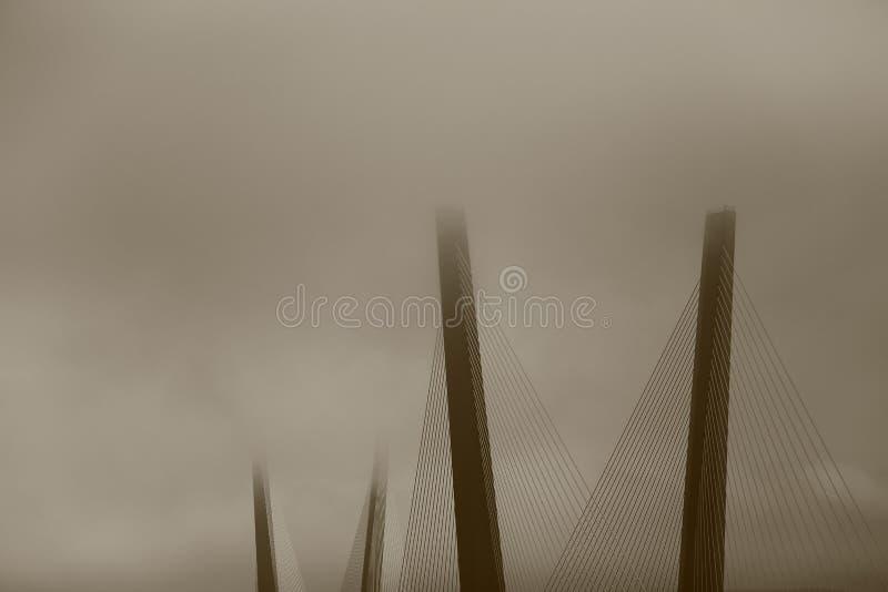 Pont brumeux dans Vladivostok, Russie photo libre de droits