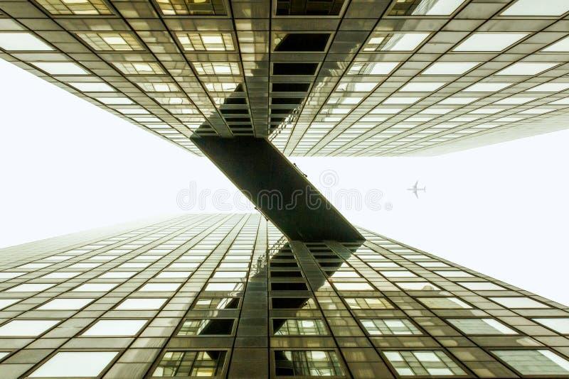 Pont brumeux en ciel entre l'immeuble de bureaux images stock