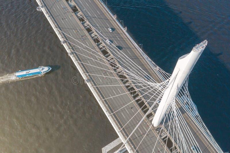 pont Câble-resté à travers la bouche de la rivière, vue aérienne du haut de l'appui de pont Le bateau flotte sur l'eau images stock