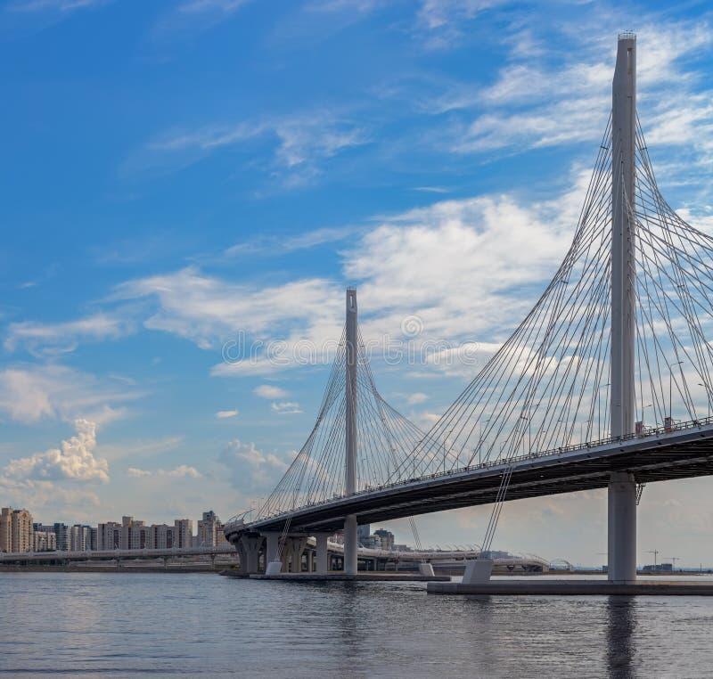 pont Câble-resté au-dessus de rivière de Neva sur le diamètre rapide occidental salut images libres de droits