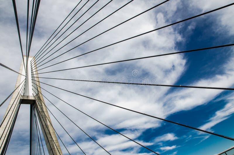 pont Câble-resté, l'image montrant son câble de séjour avec le jour de ciel nuageux photographie stock libre de droits