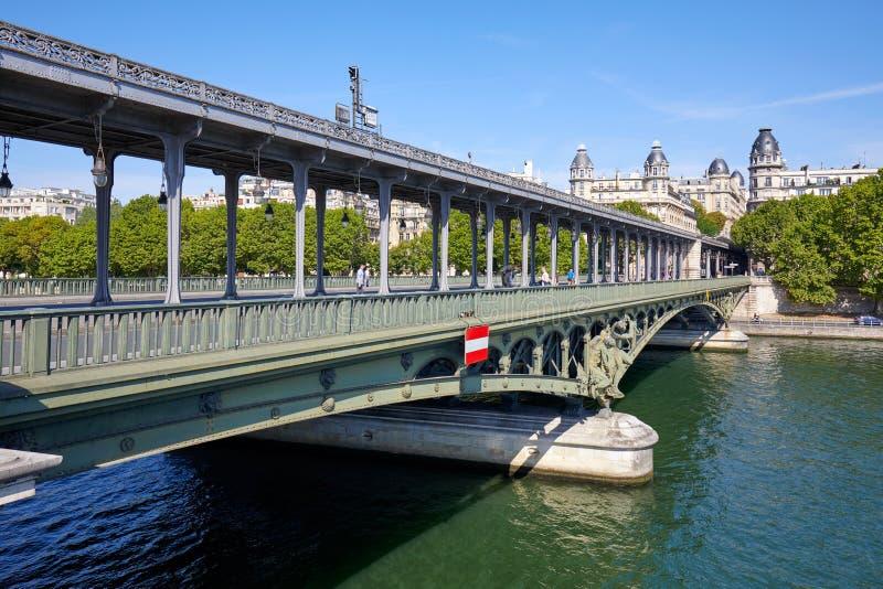 Pont célèbre de BIR Hakeim avec des personnes et des touristes dans un jour ensoleillé à Paris, France image stock