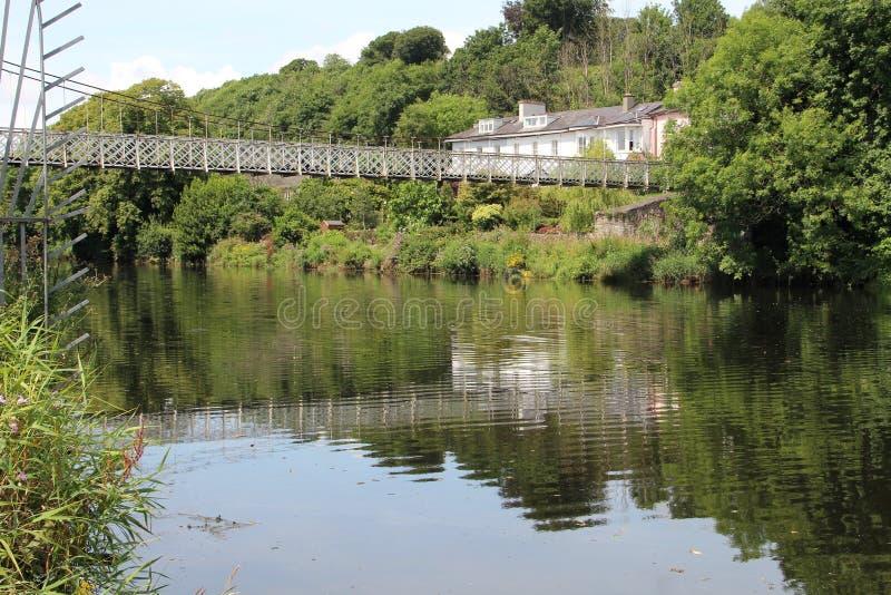 Pont chancelant au-dessus de rivière Lee en Cork Ireland photo stock