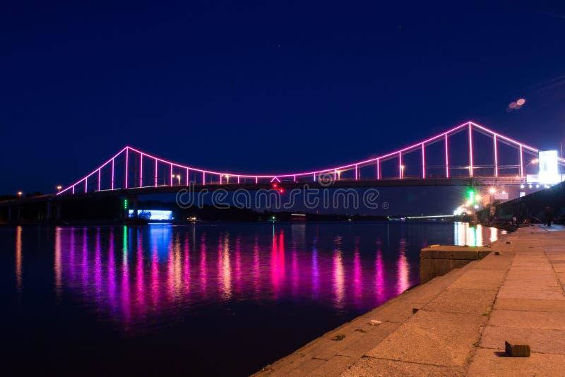 Pont coloré au-dessus de rivière de Dnrpro photo libre de droits