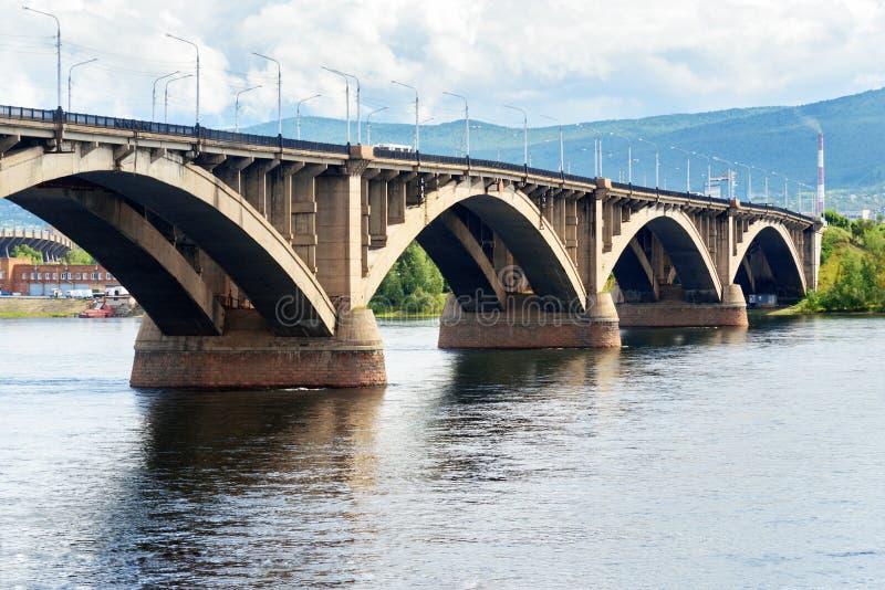Pont communal à travers le fleuve Ienisseï Krasnoyarsk, Russie images libres de droits